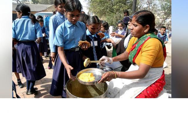 Photo of মিড ডে মিল কার্যক্রমে বেড়েছে শিক্ষার্থীদের উপস্থিতি