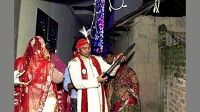 Photo of শটগানে গুলি ছুড়ে স্বেচ্ছাসেবক লীগ নেতা নাঈমের বউ বরণ