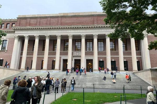 Photo of হার্ভার্ড বিশ্ববিদ্যালয়ে লাইব্রেরির প্রবেশপথে কোরআনের আয়াত