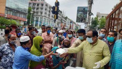 Photo of জিগাতলায় ছিন্নমূল মানুষের মুখে একবেলা খাবার তুলে দিলেন স্বেচ্ছাসেবক লীগ