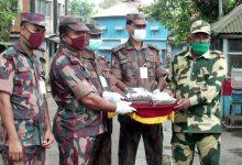 Photo of পূজা উপলক্ষে হিলি সীমান্তে বিজিবি ও বিএসএফের মধ্যে মিষ্টি বিনিময়